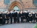 Kantorei Broder Hinrick während ihrer Konzertreise 2018 vor Peter-und-Paul-Kirche in Neubukow.